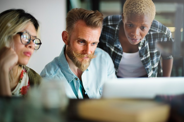 Leute, die brainstorming-diskussions-konzept treffen