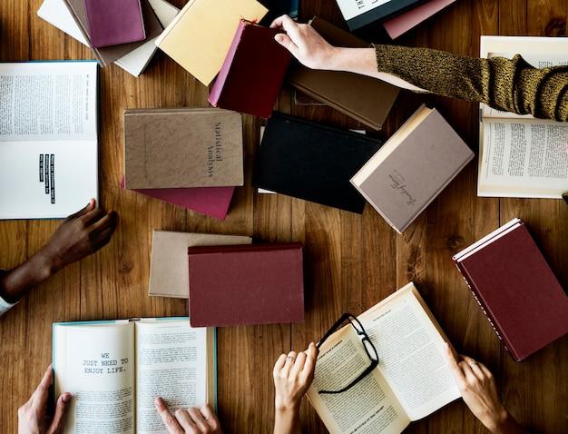 Leute, die bücher in der bibliothek lesen