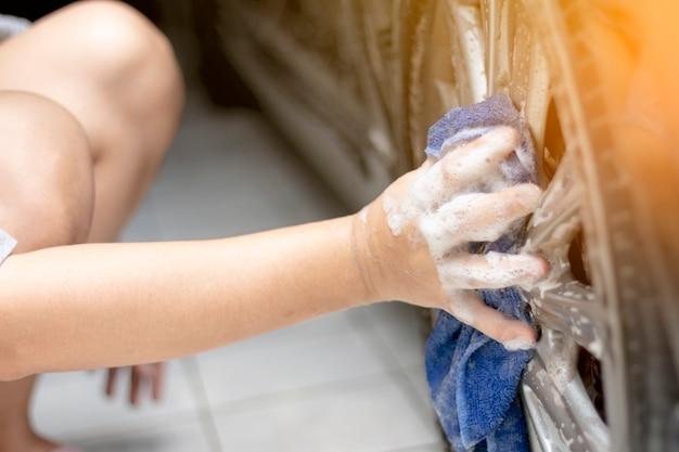 Leute, die das auto säubern und waschen