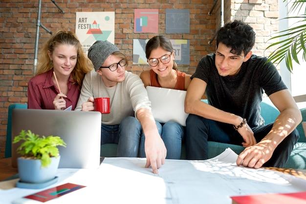 Leute, die das diskussions-design-unterhaltungsplan-konzept treffen