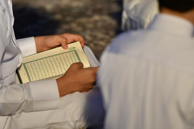 Leute, die den heiligen koran lesen