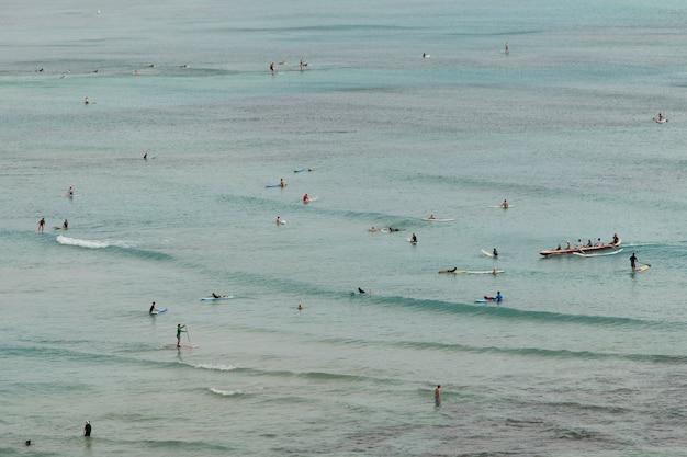 Leute, die den strand, waikiki, honolulu, oahu, hawaii, usa genießen