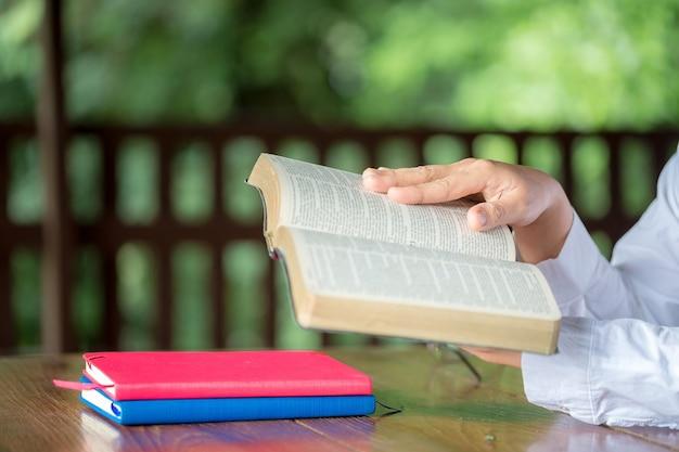 Leute, die die heilige bibel lesen. frau liest ein buch.