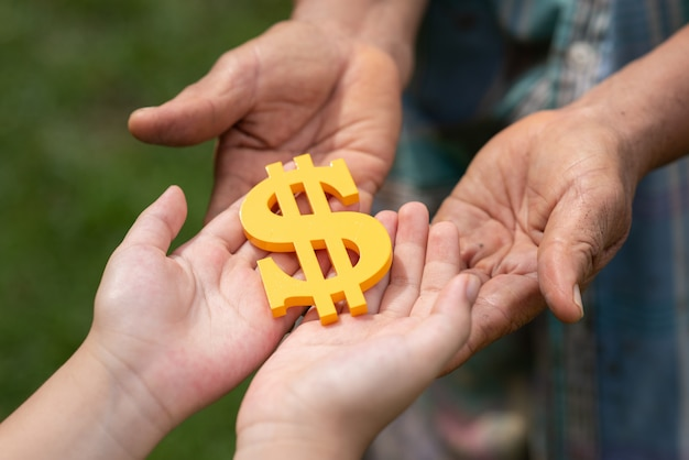 Leute, die dollarzeichen halten