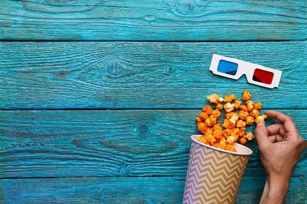 Leute, die draufsicht der menschlichen hände des popcorns essen