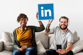 Leute, die ein Linkedin-Logo halten