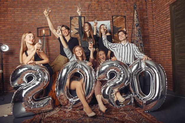Leute, die ein neues jahr mit großen ballons feiern