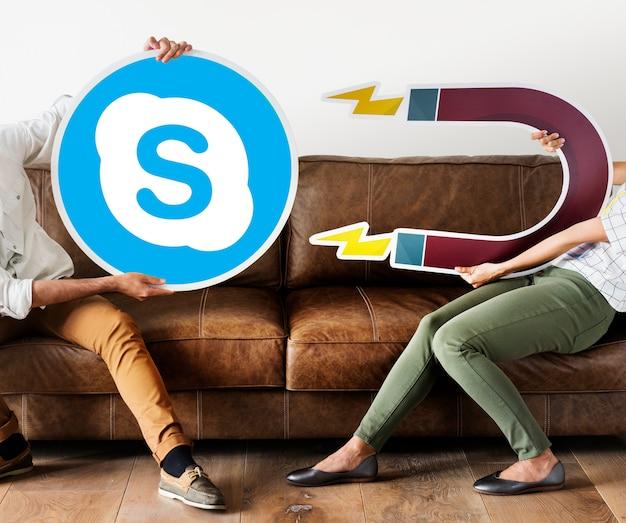 Leute, die ein skype-symbol halten
