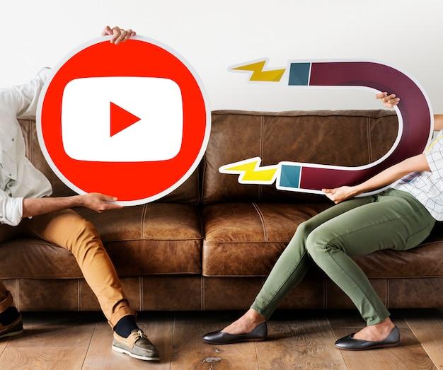 Leute, die ein youtube-symbol halten