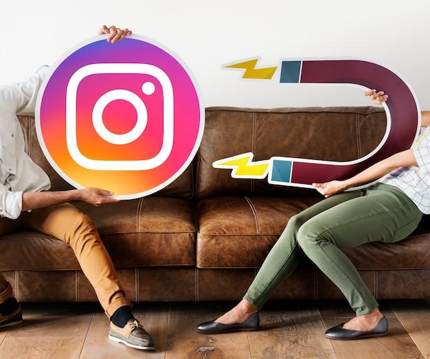 Leute, die eine instagram-ikone anhalten