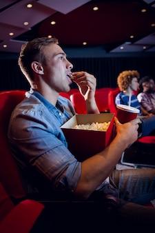 Leute, die einen film sehen