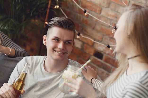 Leute, die etwas trinken und an der bar feiern