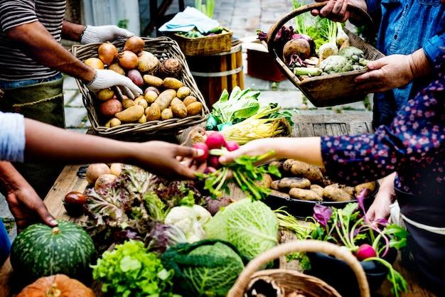 Leute, die frisches organisches gemüse am markt kaufen