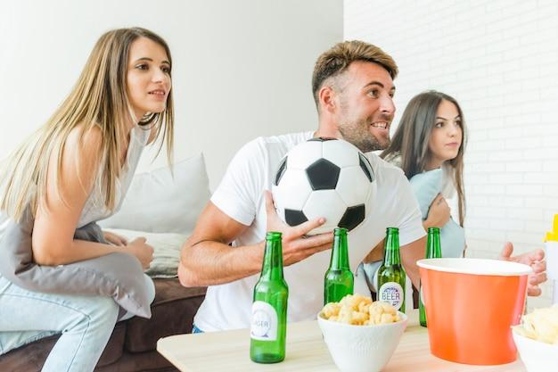 Leute, die fußballhaus mit bieren aufpassen