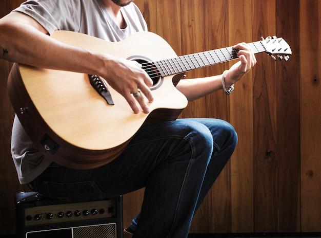 Leute, die gitarren-proben-band spielen
