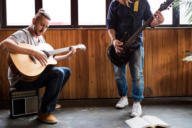Leute, die gitarren-wiederholungs-band spielen