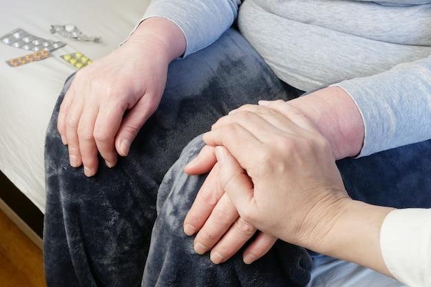 Leute, die hände halten, nahaufnahme