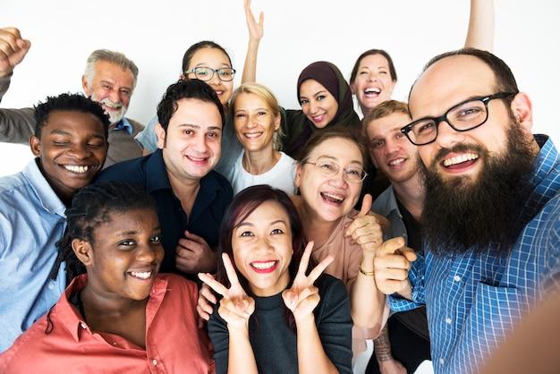 Leute, die in der gruppe stehen und für photoshoot aufwerfen
