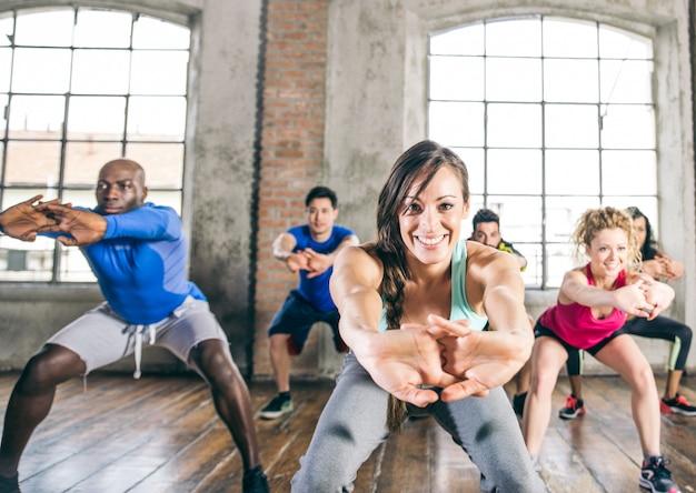 Leute, die in einem fitnessstudio trainieren