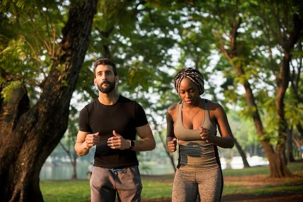 Leute, die in einem park trainieren