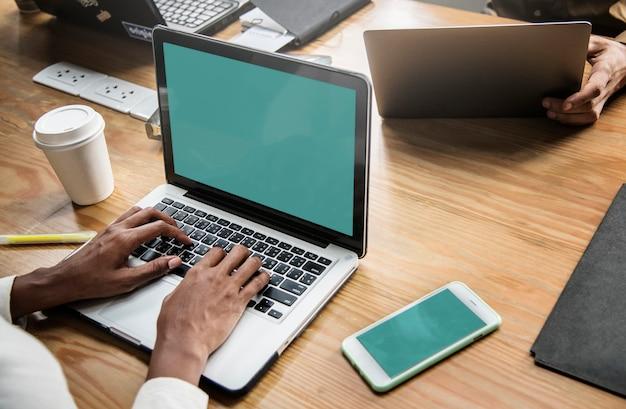 Leute, die in einer besprechung an einem laptop arbeiten