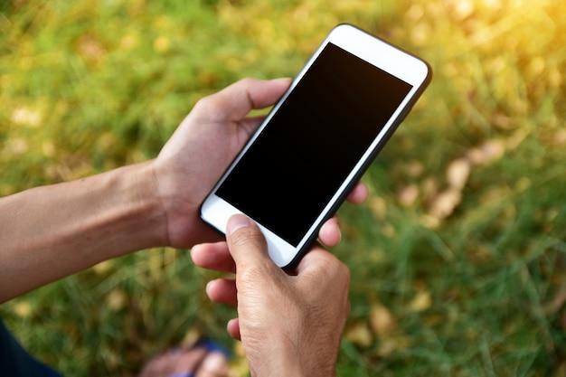 Leute, die intelligentes mobiltelefon unter verwendung der intelligenten anwendung durch internet online halten