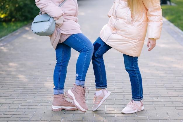 Leute, die mit füßen grüßen. alternativer handschlag während der coronavirus-epidemie.