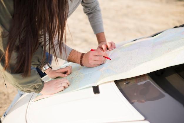 Leute, die mit karte auf einer autoreise navigieren