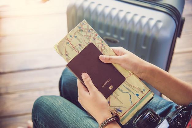 Leute, die pässe halten, karte für die reise mit gepäck für die reise
