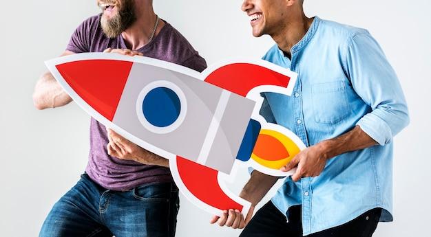 Leute, die rocketship ikone halten