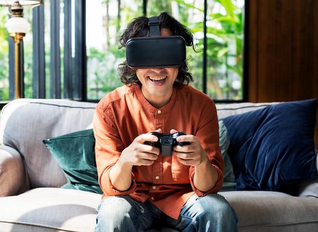 Leute, die schutzbrillen der virtuellen realität genießen