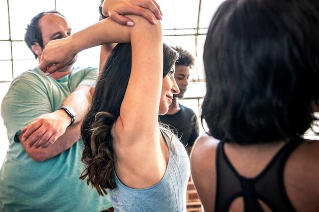 Leute, die sich in einem yogastudio dehnen