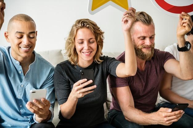 Leute, die smartphones benutzen