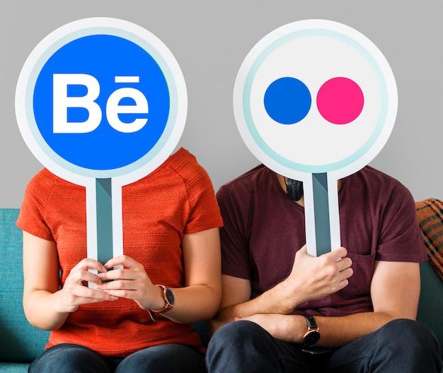 Leute, die social media-ikonen halten