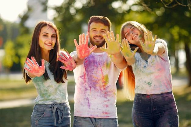 Leute, die spaß in einem park mit holi-farben haben