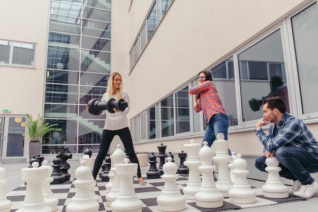 Leute, die spaß mit schach haben