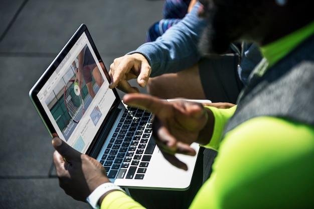 Leute, die tennisvideoclips auf einem digitalen gerät ansehen