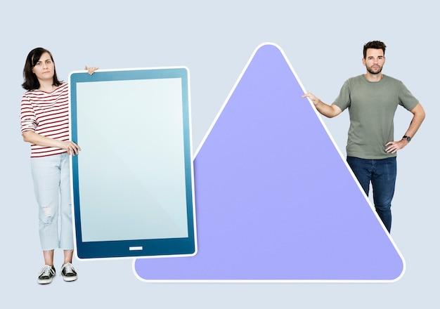 Leute, die verschiedene ikonen vor einem riesigen papierausschnitt halten