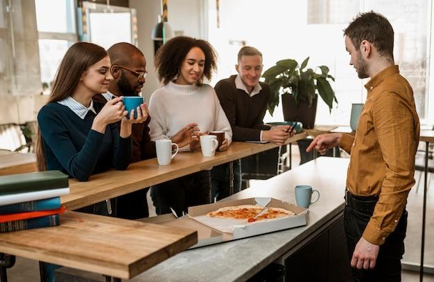 Leute, die während eines treffens kaffee trinken
