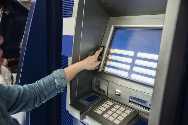 Leute, die warten, um geld vom geldautomaten zu erhalten - leute zogen geld von atm-konzept zurück