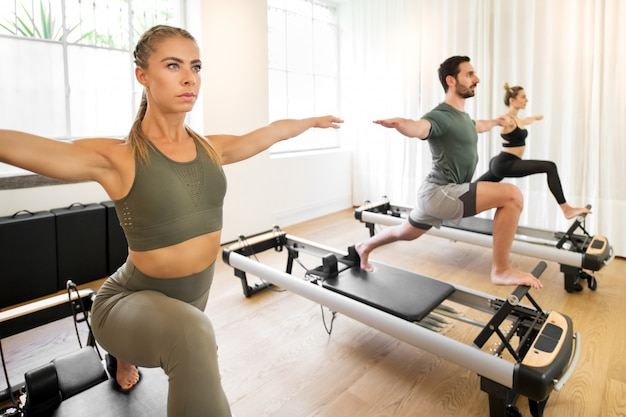 Leute, die yoga-longe-übungen trainieren