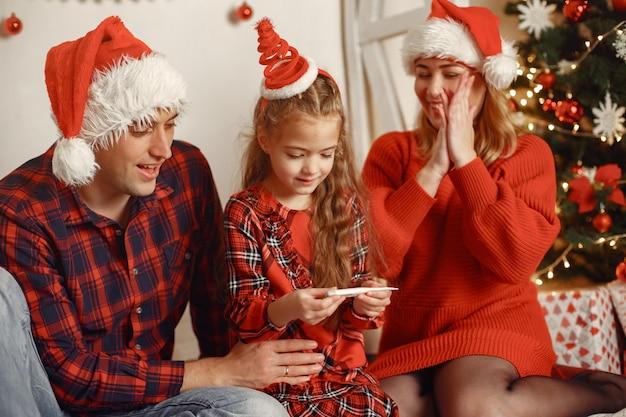 Leute, die zu weihnachten reparieren. eltern spielen mit tochter.