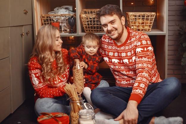 Leute, die zu weihnachten reparieren. leute, die mit ihrer tochter spielen.