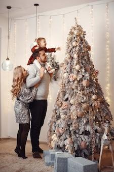 Leute, die zu weihnachten reparieren. Kostenlose Fotos