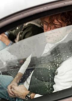 Leute, die zusammen im auto reisen