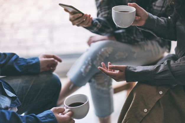 Leute, die zusammen telefonieren, reden und kaffee trinken