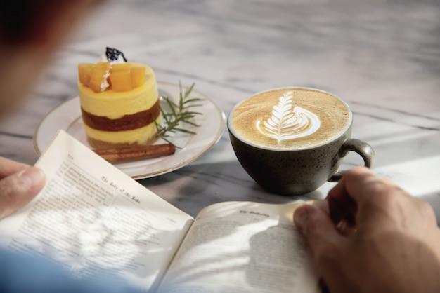 Leute dienen schönen frischen entspannenden morgenkaffeetassensatz