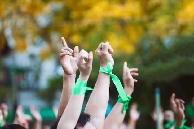 Leute erhoben die handluft, die für protest kämpft