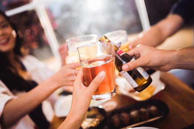 Leute feiern bierfeste