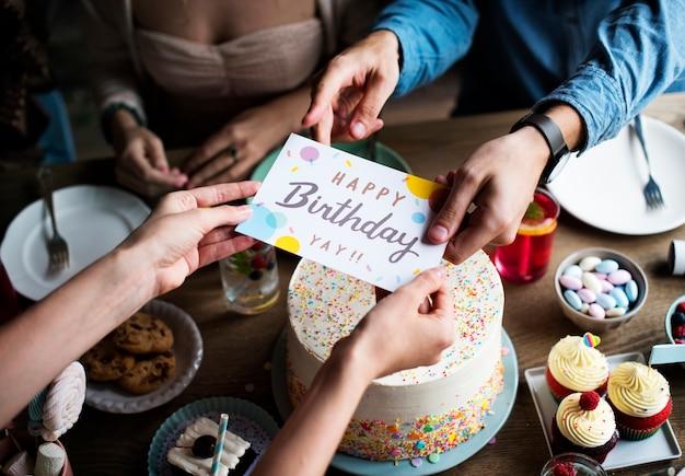 Leute feiern geburtstagsfeier mit kuchen und karte